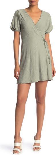 Мягкое трикотажное платье с короткими рукавами и запахом ALL IN FAVOR