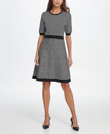 Платье-свитер с узором «гусиные лапки» и расклешенным рисунком DKNY