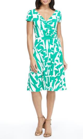 Платье с запахом и вырезом на шее с геометрическим принтом Maggy London