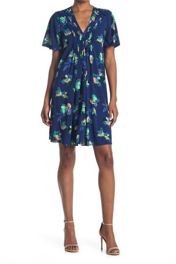 Платье прямого кроя с цветочными плиссировками и V-образным вырезом с развевающимися рукавами Donna Morgan