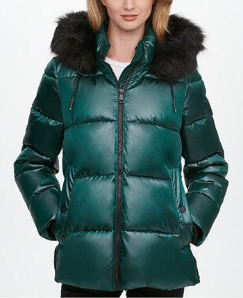 Блестящее пуховое пальто с отделкой из искусственного меха и капюшоном DKNY
