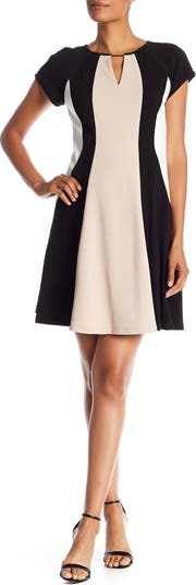 Платье с короткими рукавами и цветными блоками Sandra Darren