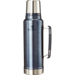 Изолированная классическая легендарная бутылка объемом 1,5 литра STANLEY