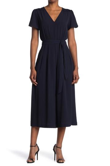 Платье со сборками на плечах и V-образным вырезом Donna Morgan