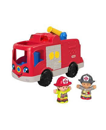 Маленькие люди помогают другим в пожарной машине Fisher Price