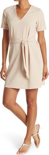 Платье с V-образным вырезом и короткими рукавами с завязками на талии Vanity Room